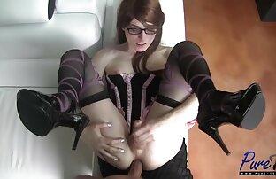Gadis pirang striptease dan bermain dengan mainan. bokep jepang selingkuh gratis